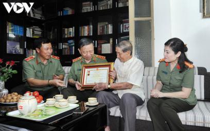 """NSND Trọng Bằng và NS Phạm Tuyên nhận Kỷ niệm chương """"Bảo vệ an ninh Tổ quốc"""""""